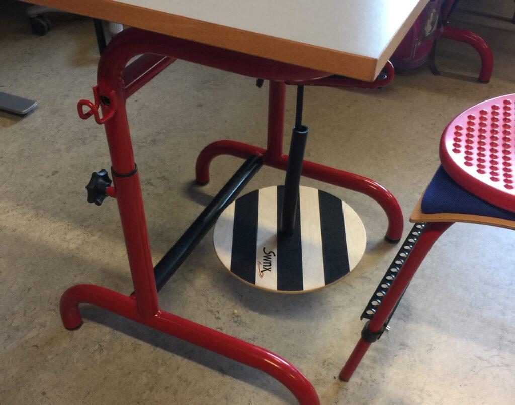SWINX fodgyngen monteres under skolebordet, så eleven kan bruge den i undervisningen. Foto: SWNX.dk