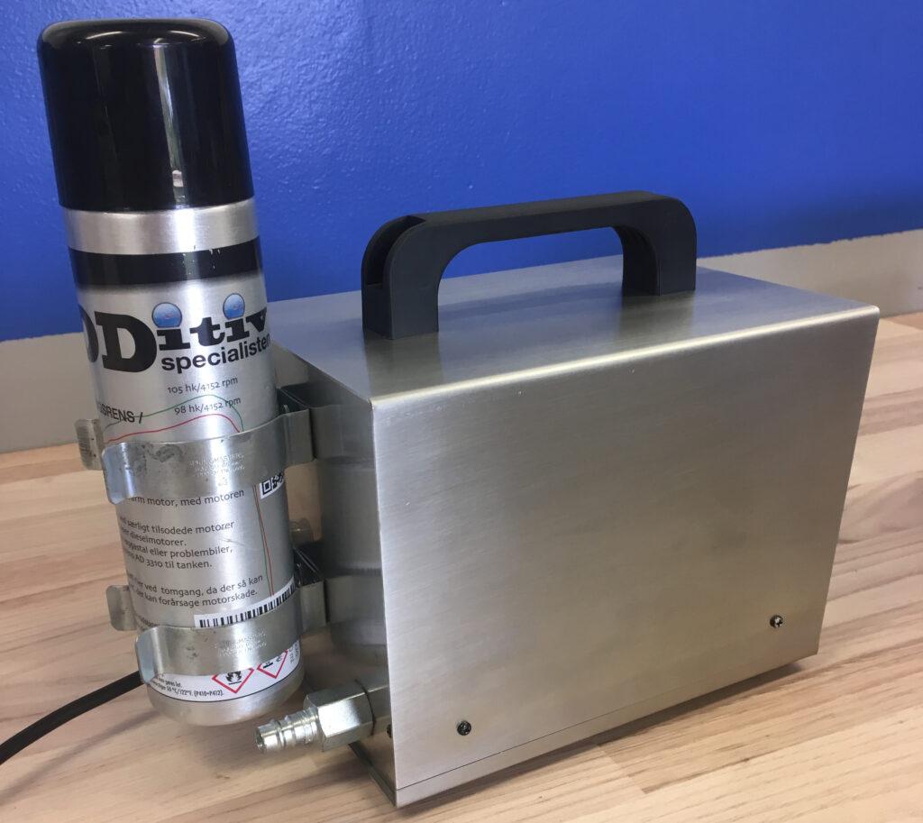 Jimmy Elkjærs turborenser består af en kasse og en specialtilpasset flaske med rensevæske.